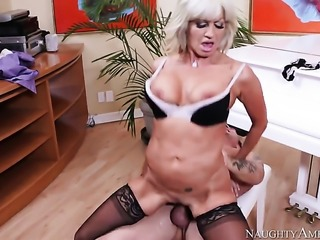 Chica Tara Holiday with phat ass and smooth muff gets doggystyled by hot dude...