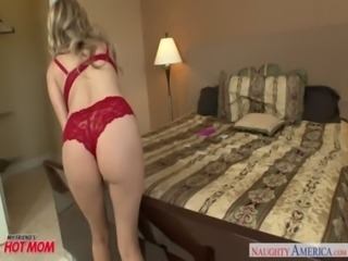 Blonde mom Mia Ryder gets trimmed quim nailed free