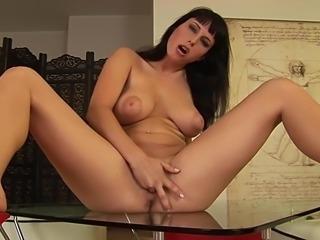 Solo big tits belle brunette...