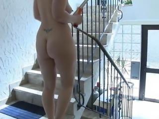 MILF wichst sich durchs Haus mit lautem Abgang!