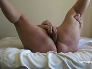 PAWG using a big glass dildo to make herself squirt